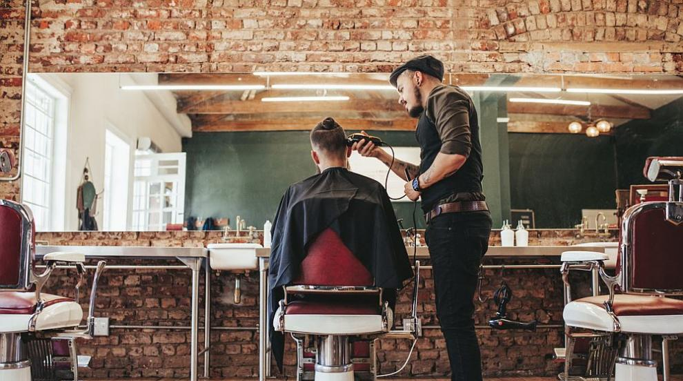 Мъж получи копито в главата вместо прическа във фризьорски салон (ВИДЕО)