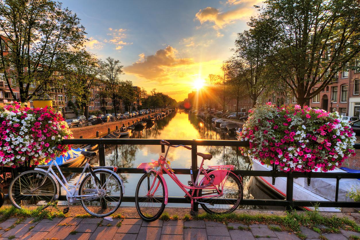 <p>Най-големият град е Амстердам&nbsp;</p>