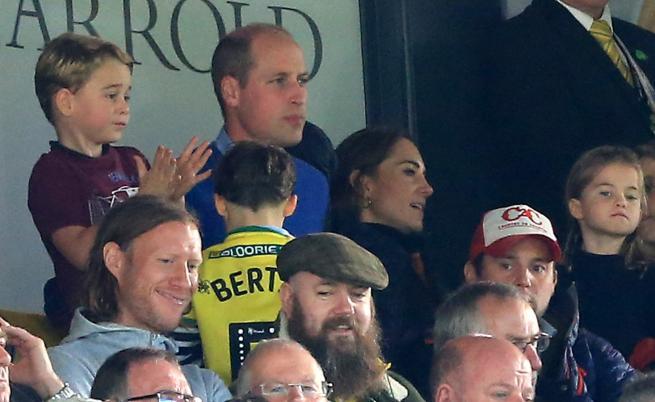 Принц Джордж със сладка реакция по време на футболен мач (ВИДЕО)