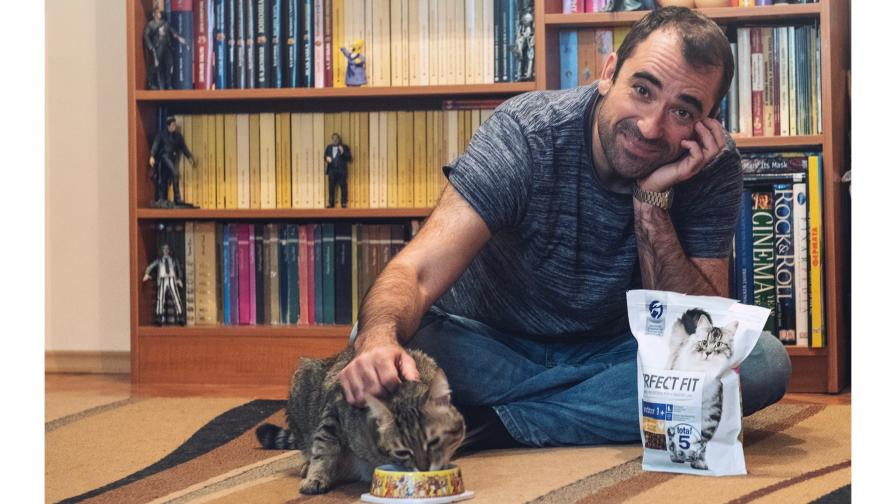 Драго Симеонов дресира котката си за тигър, тя се крие в банята
