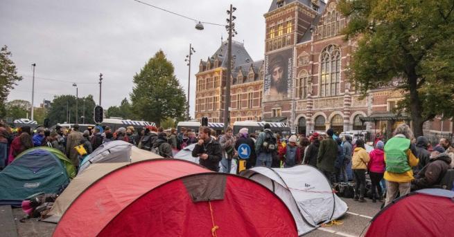 Стотици активисти, протестиращи срещу бездействието по проблемите на глобалното затопляне,