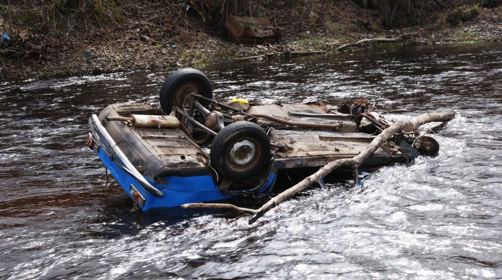 Кола падна по таван в река, по чудо няма жертви