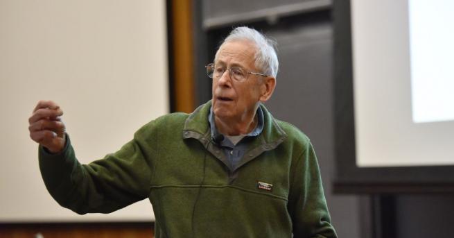 Тазгодишният Нобeлов лауреат по физика Джеймс Пийбълс предполага, че и