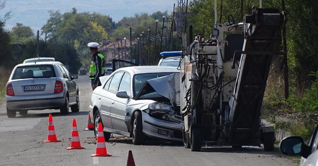 Мъж загина, след като се заби с автомобила в пътно-строителна