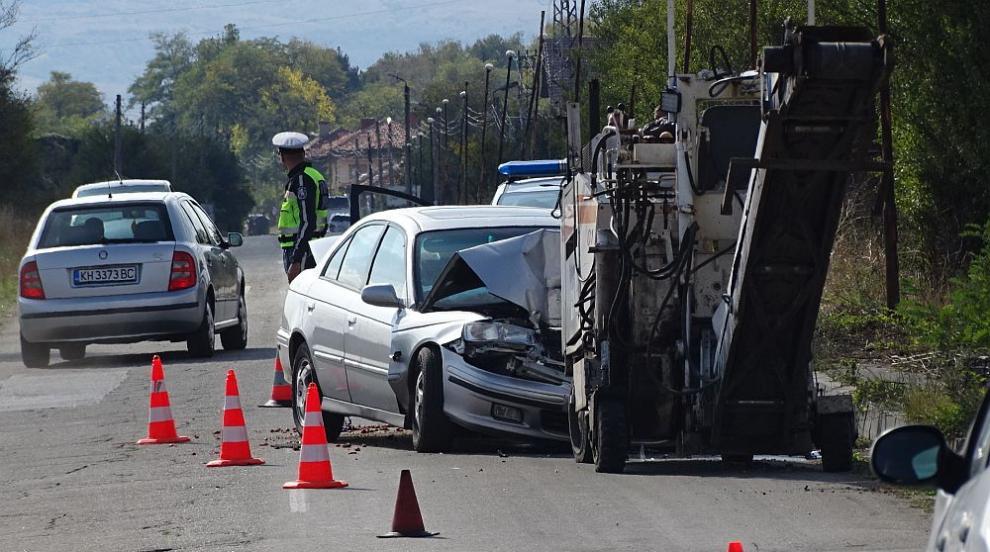 Мъж се заби с колата си в пътно-строителна машина и загина на място (СНИМКИ)