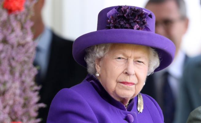 Жена рисува портрети на кралицата с... гърдите си (СНИМКИ)