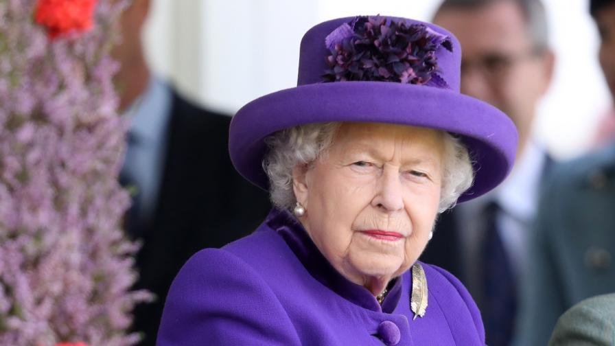 <p>Жена рисува кралицата с... <strong>гърдите си</strong> (СНИМКИ)</p>