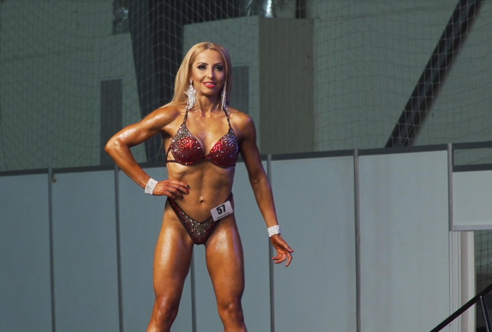 <p>Жасмина страда от хиперфагия. Благодарение на самодисциплината днес тя е състезател по фитнес и боди билдинг.</p>