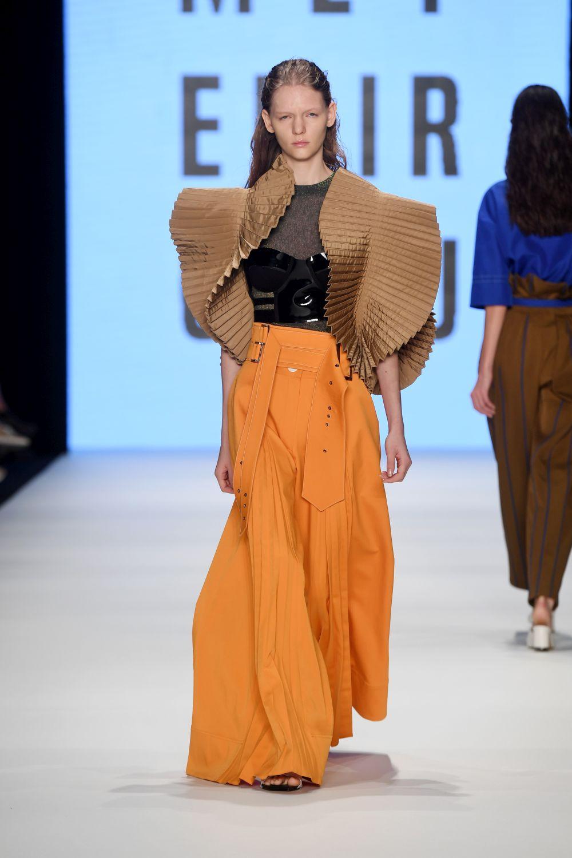 Топли цветове, шарени десени и много екзотика в Седмицата на модата в Истанбул.
