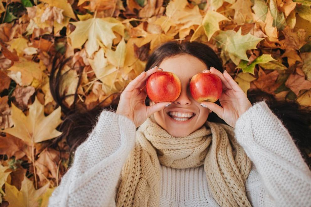 момиче слънце есен ябълки