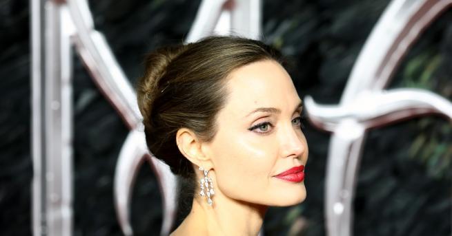 Снимка: Не Господарка на Злото, а богиня: Анджелина Джоли спря дъха на всички с бялата си рокля