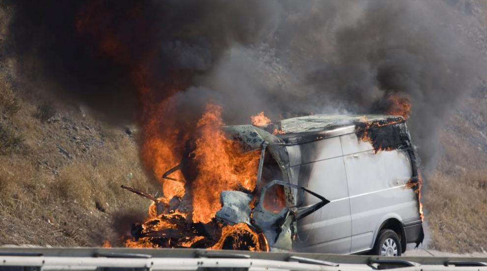 Микробус се запали на магистрала