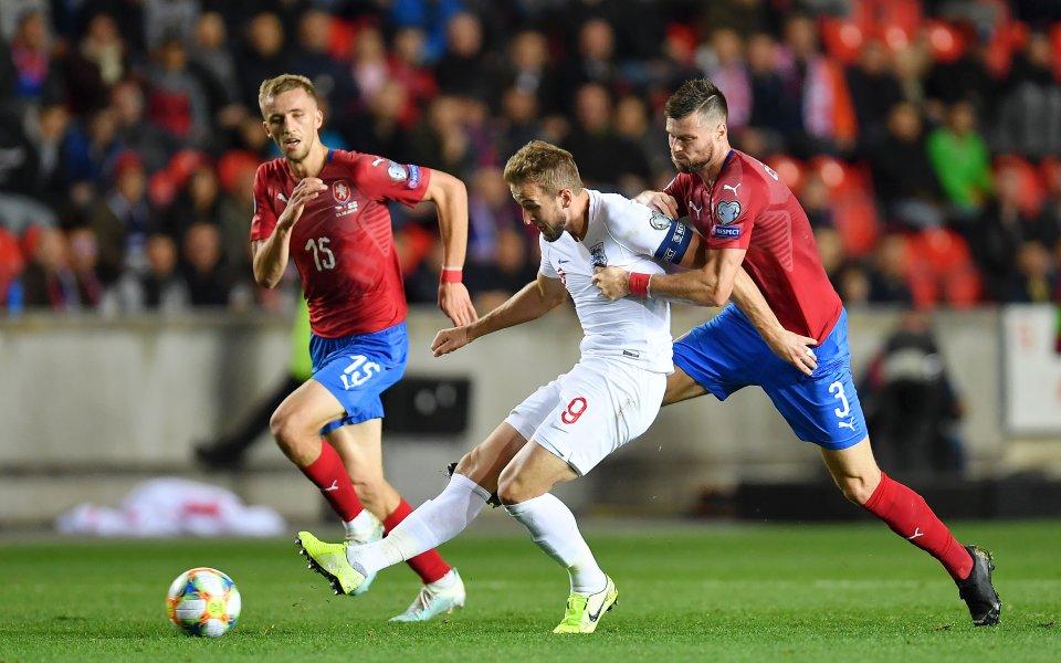 Чехия и Англия играят при 1:1 на почивката в Прага.