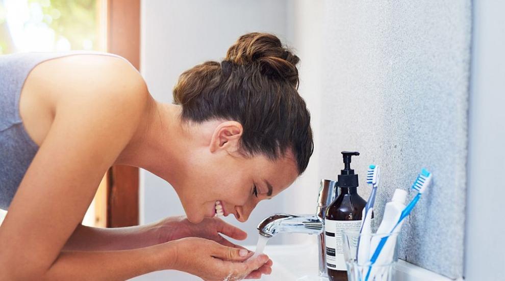 Мийте си лицето поне два пъти дневно