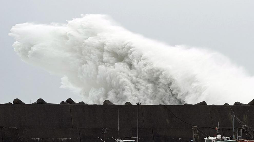 Двама са загинали, трима са в неизвестност в Япония заради тайфуна Хагибис...