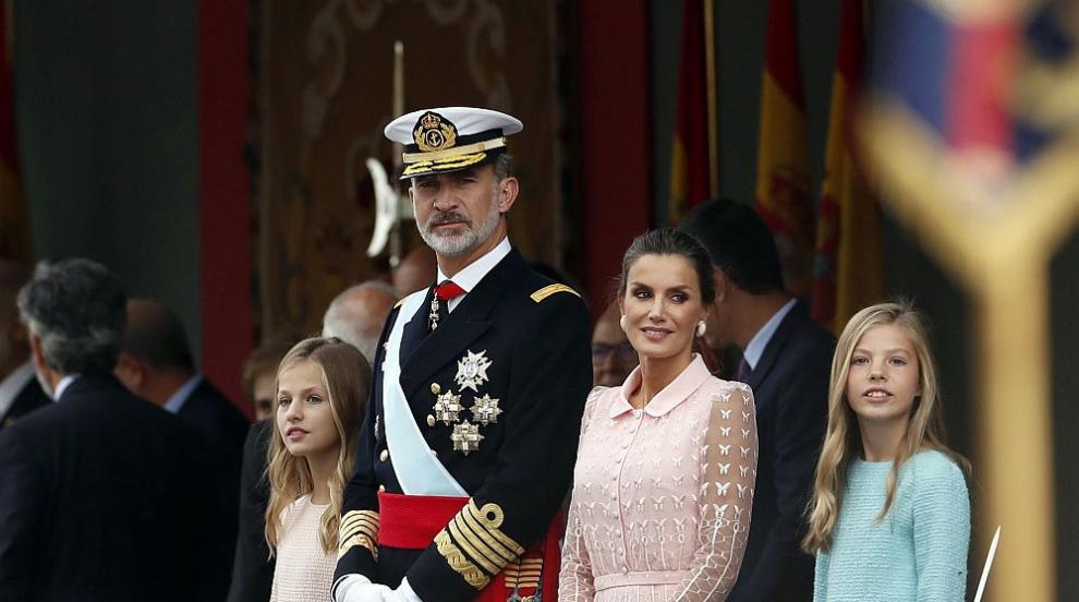 Испански парашутист се блъсна в улична лампа, вместо да кацне пред краля...