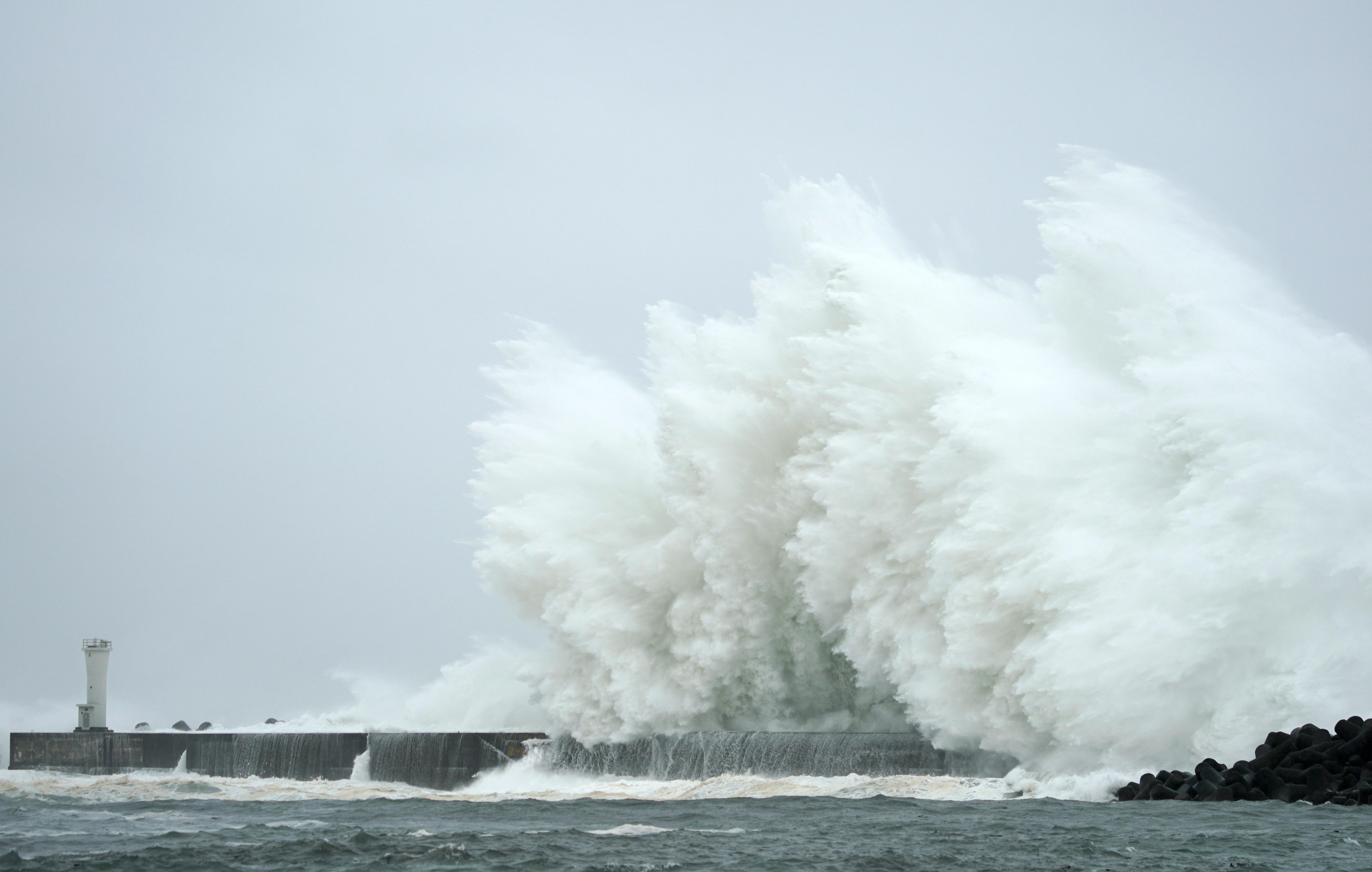 """Най-малко 19 души са загинали, а други 16- са обявени за изчезнали, след като мощният тайфун """"Хагибис"""" удари Япония."""