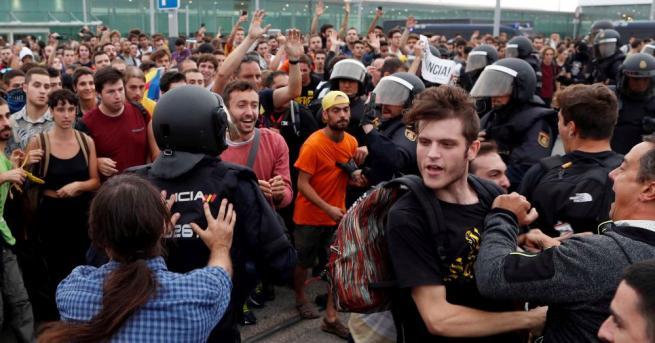 Продължават започналите тази сутрин протести в Барселона, Испания, като към