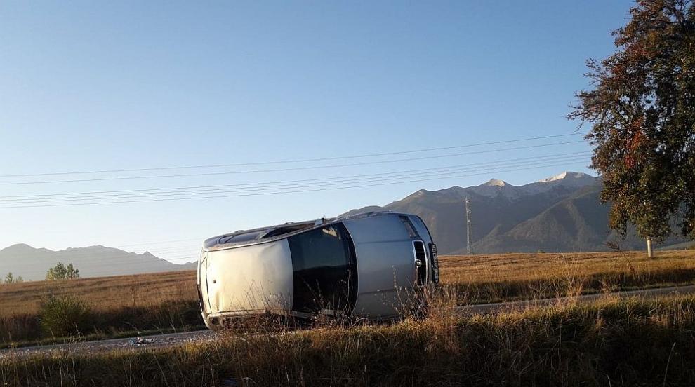 Автомобил връхлетя върху каруца край Разлог и се преобърна (СНИМКИ )