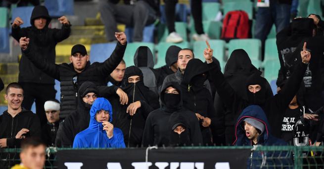България Задържаха петима фенове за расистки обиди Ще бъдат издирени