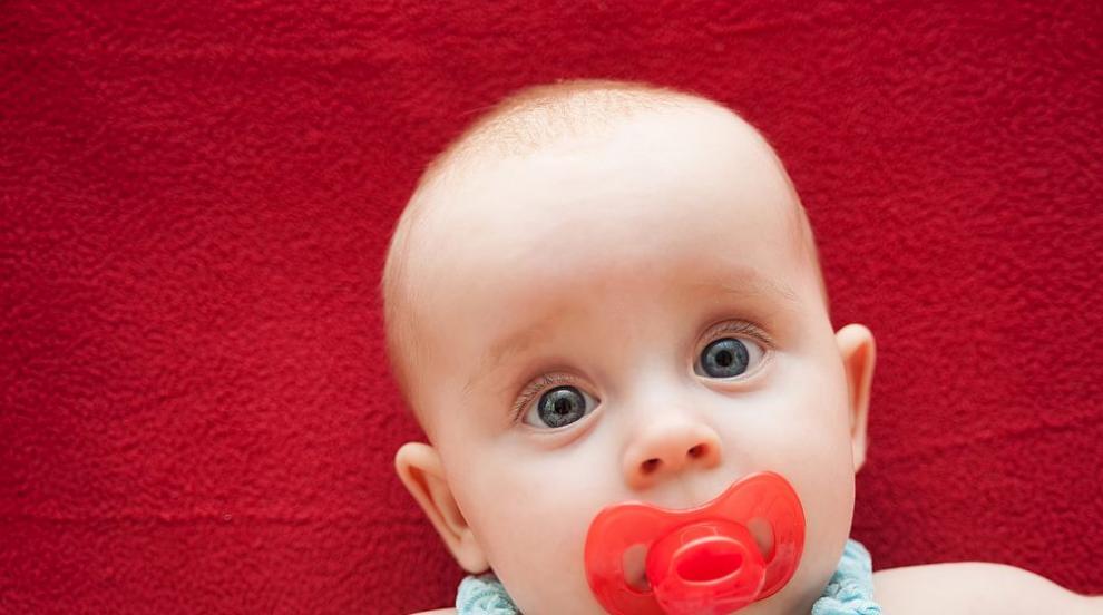 Вземат българско бебе от родителите му в Англия