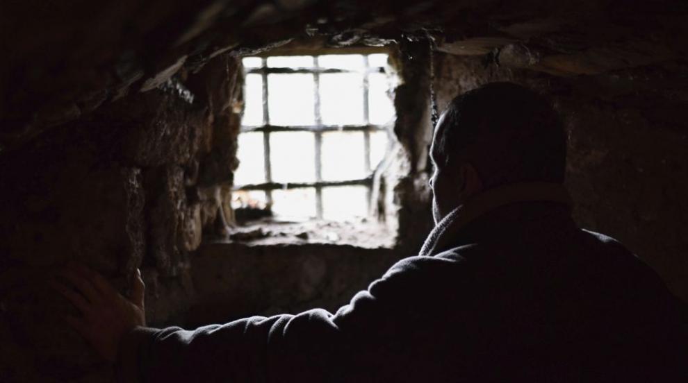 Арестуваха мъж, заподозрян, че е държал в плен семейство в мазе