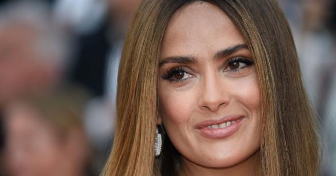 Актрисата сподели гола снимка в Instagram, за да отпразнува 12-милионния