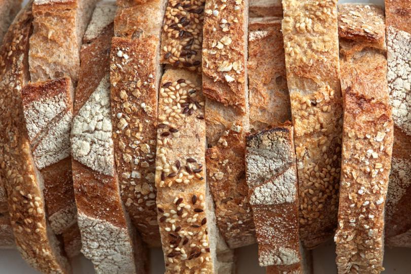 <p><em><strong>Защо хлябът се разваля?</strong></em><br /> Виновниците са двама. Първият е химическата промяна, която настъпва с нишестето, когато температурата започне да спада. То започва да кристализира и да освобождава влагата, която дотогава е задържало. Втората причина е изпарението, което се увеличава при досега на хляба с движещ се въздух.</p>