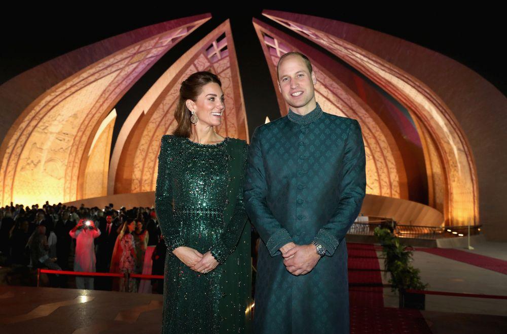 И принц Уилям облече традиционен пакистански костюм, Кейт блести в изумруд
