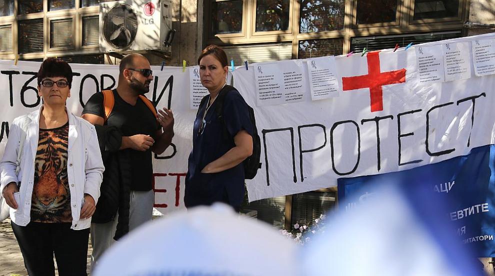 Медицински специалисти се барикадираха в здравното министерство...