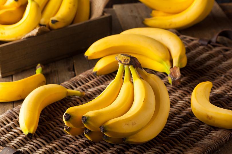 <p>Банани&nbsp;&ndash; вероятно няма човек, който да не обича тези вкусни плодове, които се считат за висококалорични, но много полезни. Богати са на&nbsp;калий&nbsp;и&nbsp;магнезий, които стимулират&nbsp;релаксацията, както и производството на&nbsp;мелатонин, оказващ благоприятен ефект при&nbsp;безсъние.</p>