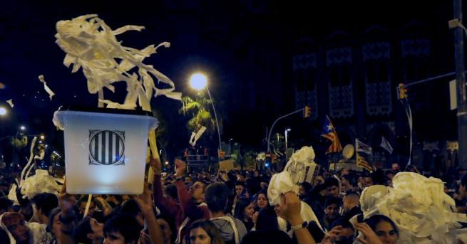 Протестиращите в Барселона хвърлиха във въздуха стотици ролки тоалетна хартия,