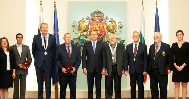 Снимка: Президентът връчи висши държавни отличия на шестима изтъкнати българи