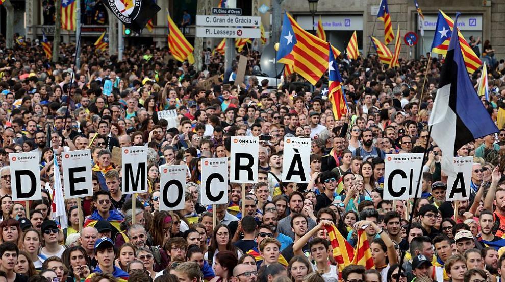 Над половин милион протестират по улиците на Барселона (СНИМКИ/ВИДЕО)