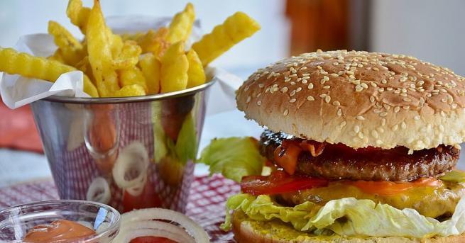 Лошият сън силно влияе върху това кои храни избираме през