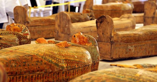 Тридесет дървени саркофага на над 3000 години, съдържащи мумии, бяха
