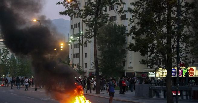 В чилийската столица Сантяго за втори ден избухнаха сблъсъци между