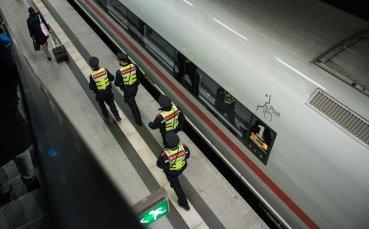 Влак с футболни фенове горя на гара в Берлин