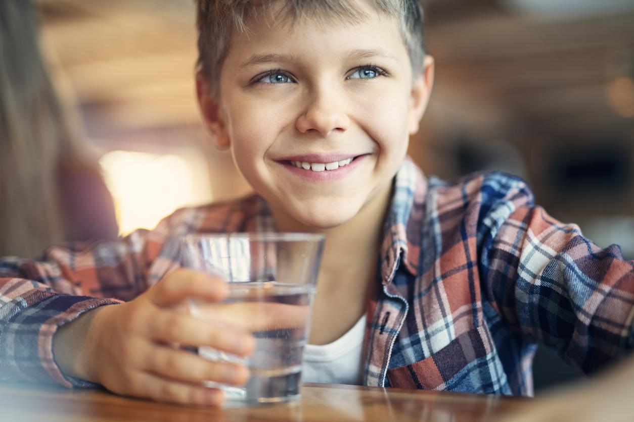 <p><strong>Пийте вода!</strong></p>  <p>Много хора гледат скептично именно на този съвет, но е факт, че един от най-ефективните методи в борбата срещу задържането на вода е именно пиенето на по-големи количества вода. Не подценявайте ролята на водата. Особено, ако сте любители на по-солените храни, то водата трябва да е най-добрият ви приятел. Когато организмът не е хидратиран достатъчно, той ще задържи и малкото вода, за да се предпази от катастрофална дехидратация.</p>