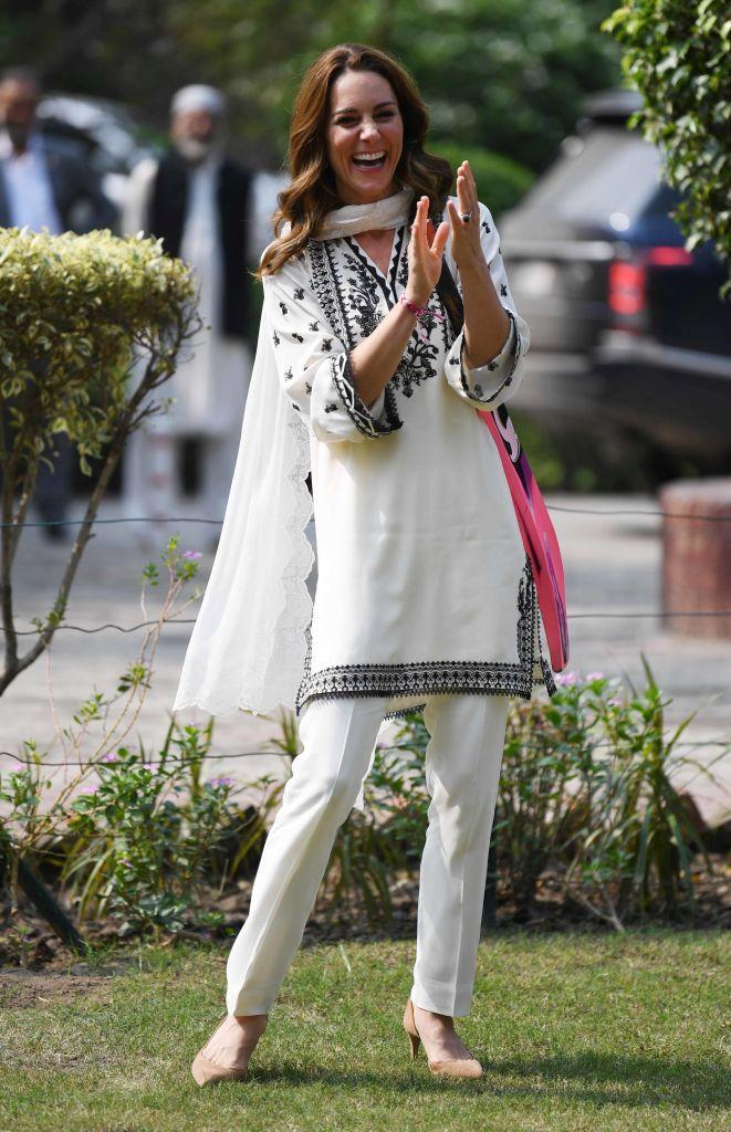За визитата си в Пакистан Кейт се довери на местни дизайнери