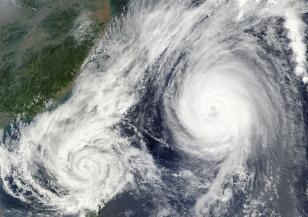 Япония е застрашена от два тайфуна
