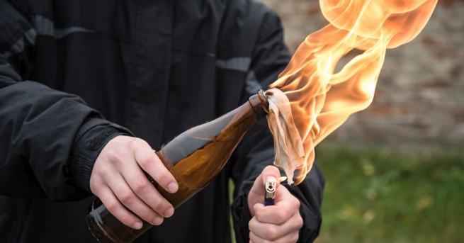 Две неизвестни лица са хвърлили бутилки със запалителна смес в