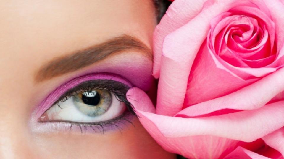 Розовата вода е еднакво подходящо средство както за суха, така и за мазна кожа
