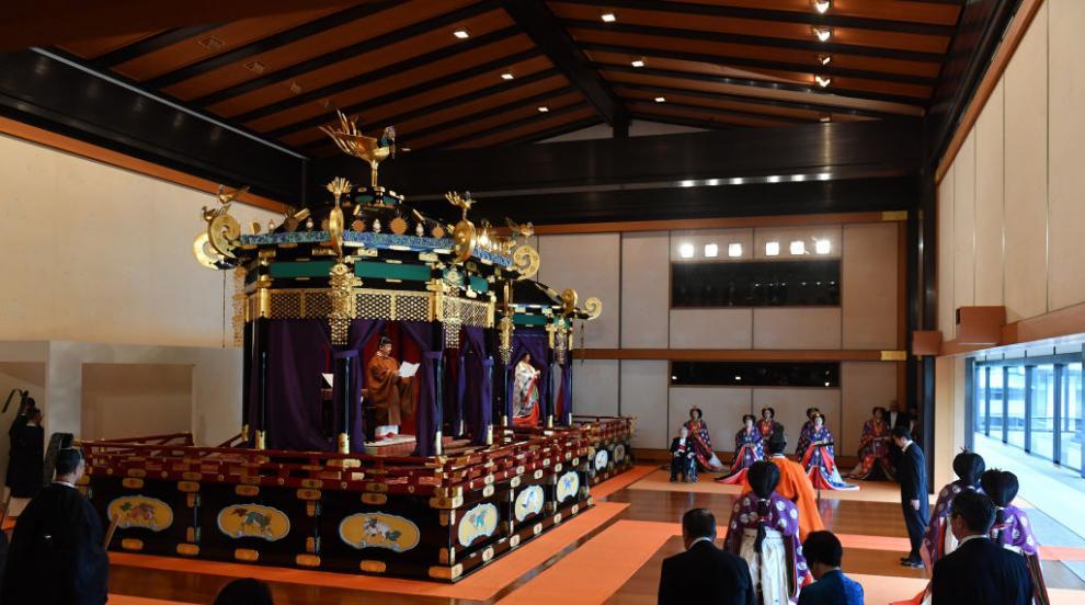 Император Нарухито се помоли в 3 шинтоистки храма преди възкачването си на...
