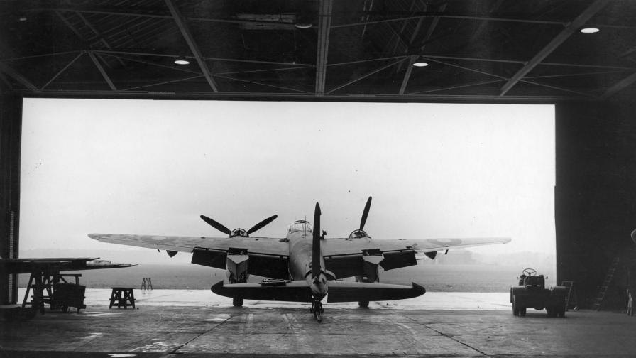 """14 октомври, 1943 г. Бомбардировачът """"Mosquito"""" на Кралските военновъздушни сили се тества в самолетостроителната компания """"de Havilland"""""""