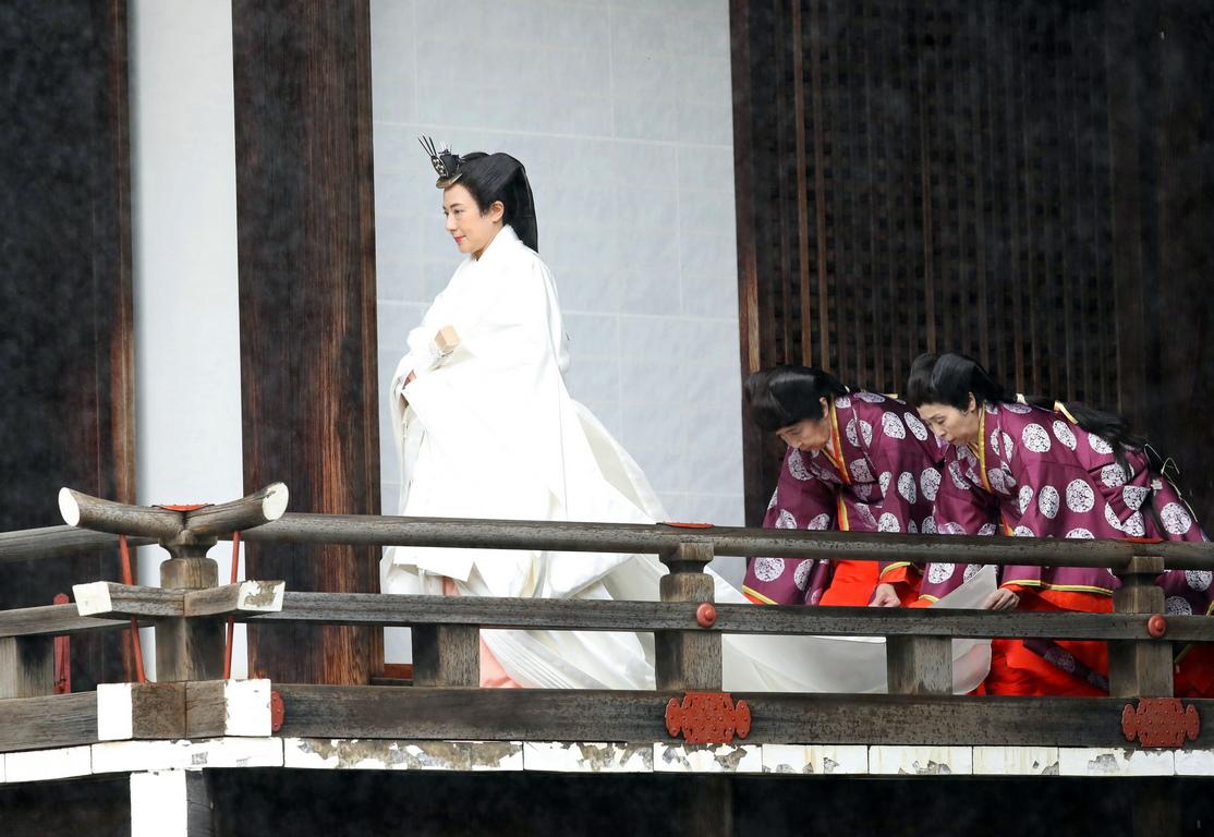 <p>&quot;Обявявам днес, на церемонията по интронизацията, че се възкачвам на престола. Кълна се тук, в името на щастието на хората и на световния мир, заедно с народа и според Конституцията, да служа на Япония и на нейния народ като неин символ.</p>