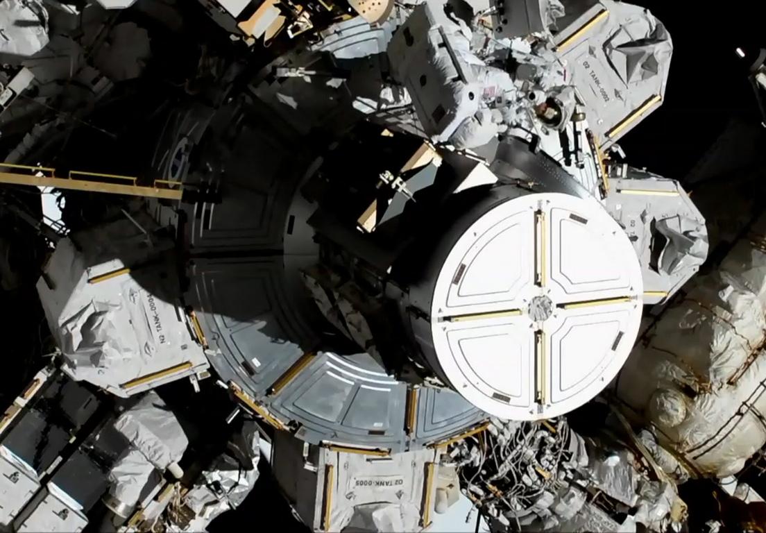 <p>Кук и Мейър са 14-ти и 15-и представители на &bdquo;слабия пол&ldquo;, пребиваващи в открития космос. Първата жена в космоса, бе съветският космонавт Светлана Савицкая през 1984 година</p>