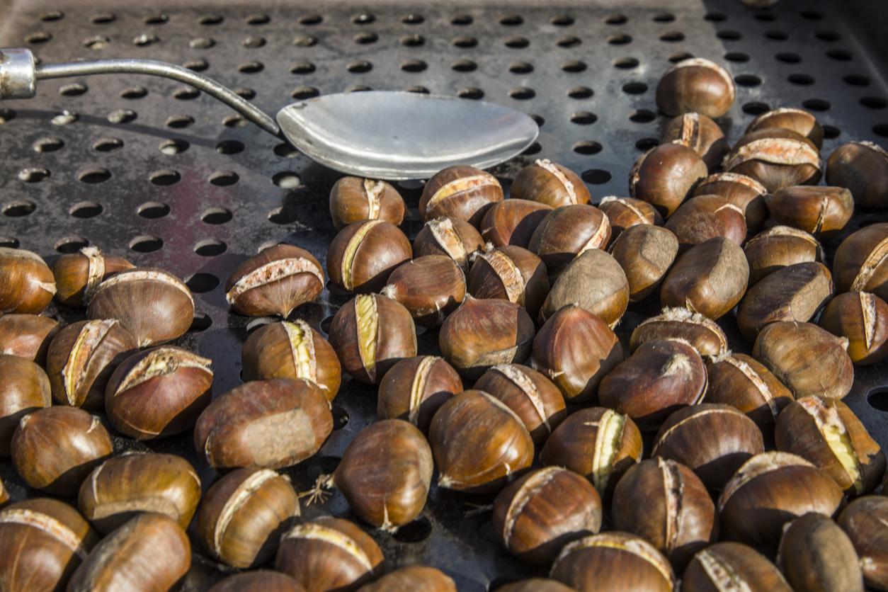 <p><strong>За блата:</strong></p>  <ul> <li>4 яйца</li> <li>100 гр. масло</li> <li>200 гр. брашно</li> <li>100 гр. захар</li> <li>2 с.л. какао</li> <li>2 ч.л. бакпулвер</li> </ul>