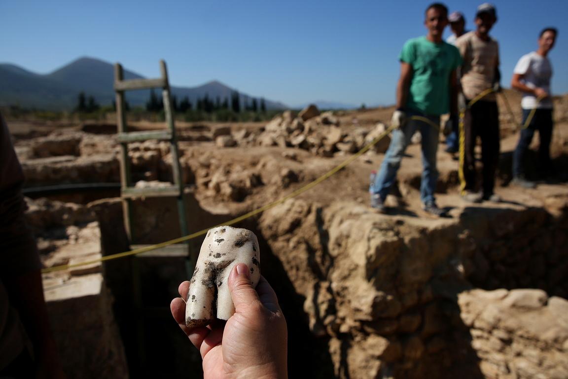 <p>Откриват част от древен път, който отвежда екипа до римски мавзолей от около 100 г. пр. н. е., в който са погребани няколко поколения от едно семейство, плюс съдове използвани за ритуали и жертвоприношения: &bdquo;Знаехме, че това е извън града, затова решихме да копаем на север. &rdquo;Миналия октомври бяха открити къщи и екипът разбра, че най-накрая е открил самия град. &quot;Но по-голямата част от реалния град е на 2 или 3 м под земята.&quot;</p>