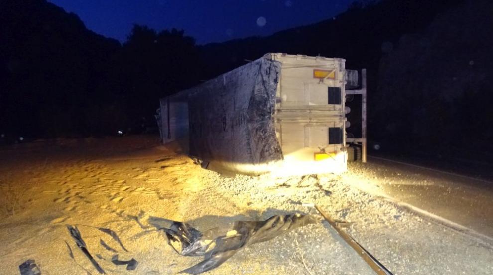 Камион се обърна край Симитли, шофьорът е ранен (СНИМКИ)